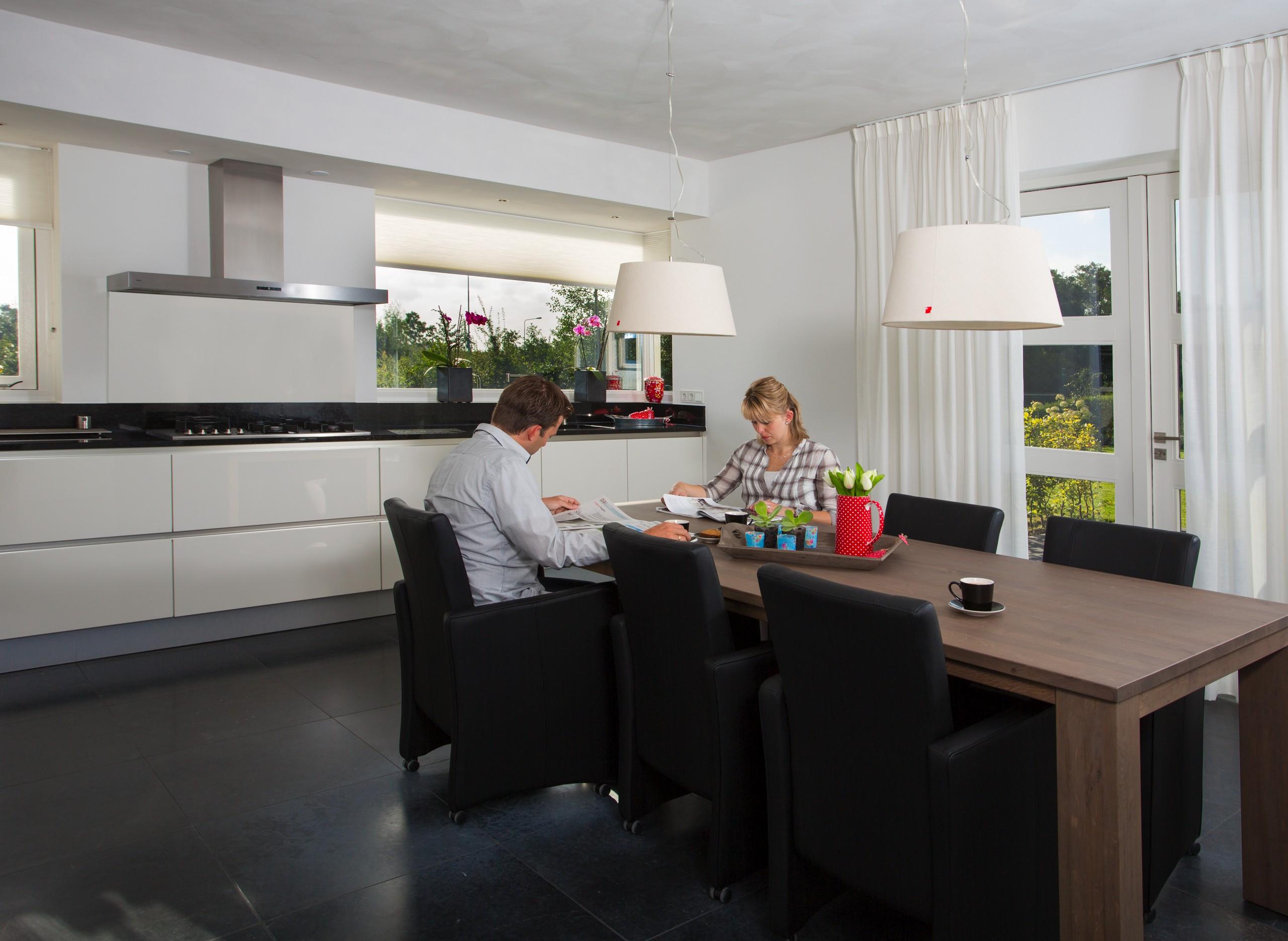 Maatwerk greeploze keuken hoogglans wit zwaagwesteinde - Moderne keukentafel ...