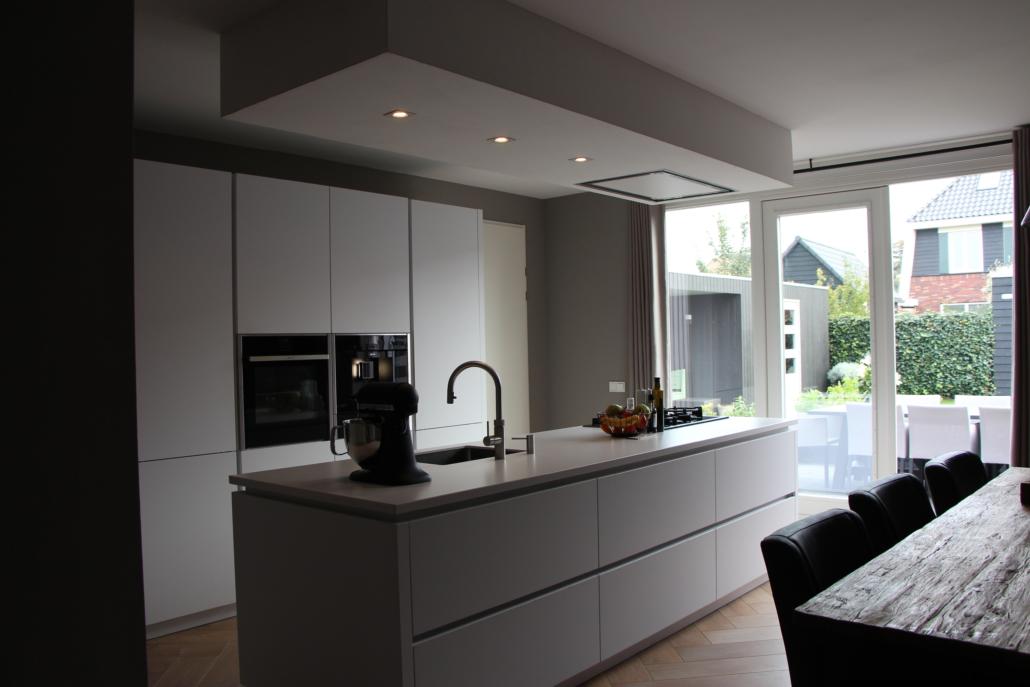 Keuken Met Kookeiland : Greeploze witte keuken met kookeiland