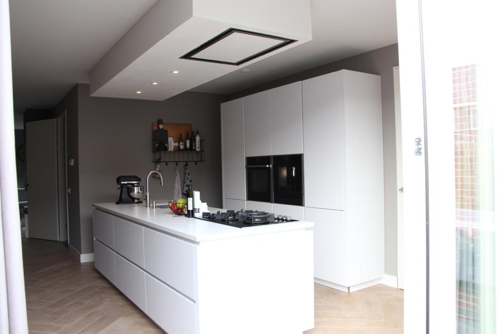 Greeploze witte keuken met kookeiland