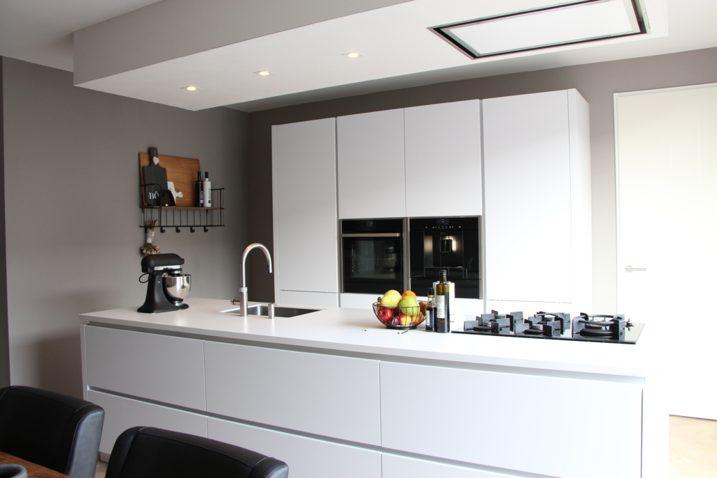 Greeploze witte keuken met kookeiland for Greeploze keuken