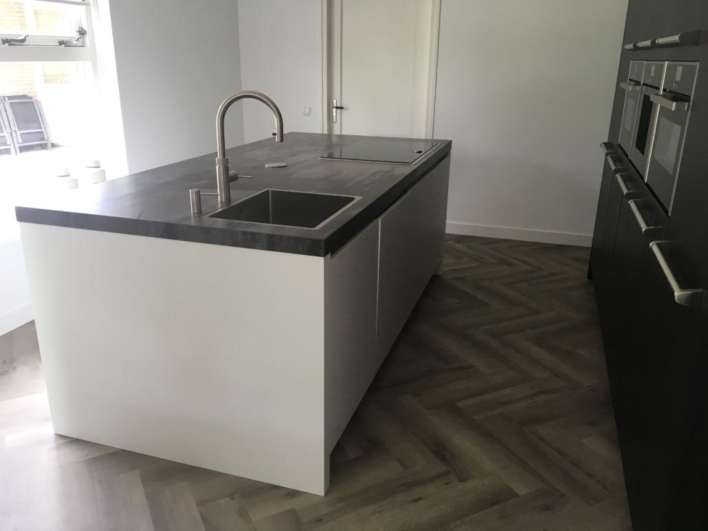 Fusion Design Keukens : Moderne matwitte keuken met dekton werkblad huizenga keukenstyle