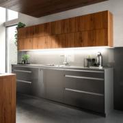 Antraciet keuken met noten en klepkasten